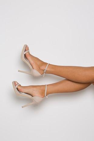 Milan Heel in Nude